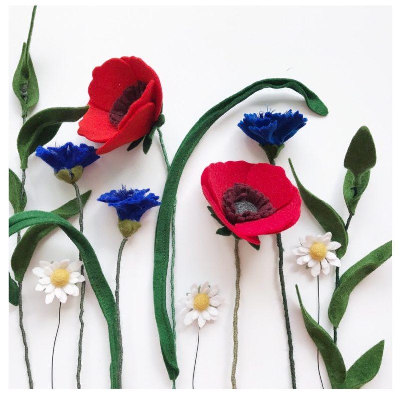 veldboeket met klaprozen en korenbloemen