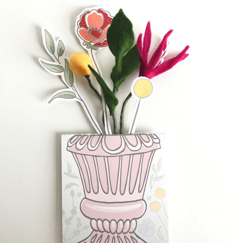 Viltbloeiers en papieren bloemen in vaas