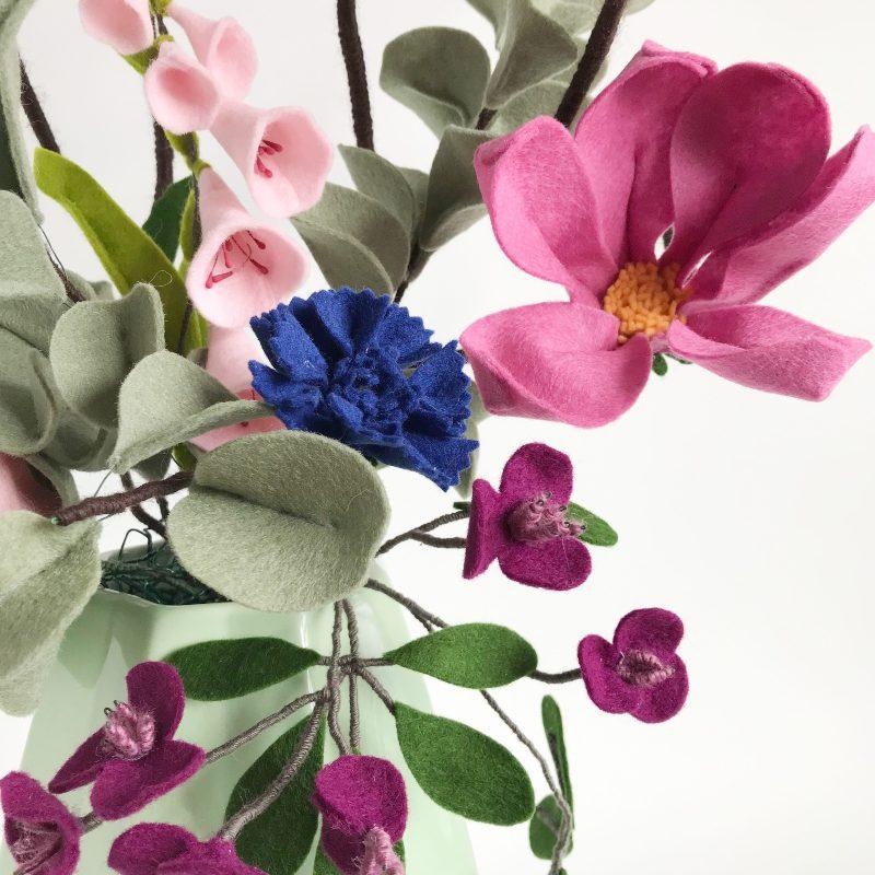Boeket met Magnolia, Akebia en Eucalyptus Medium