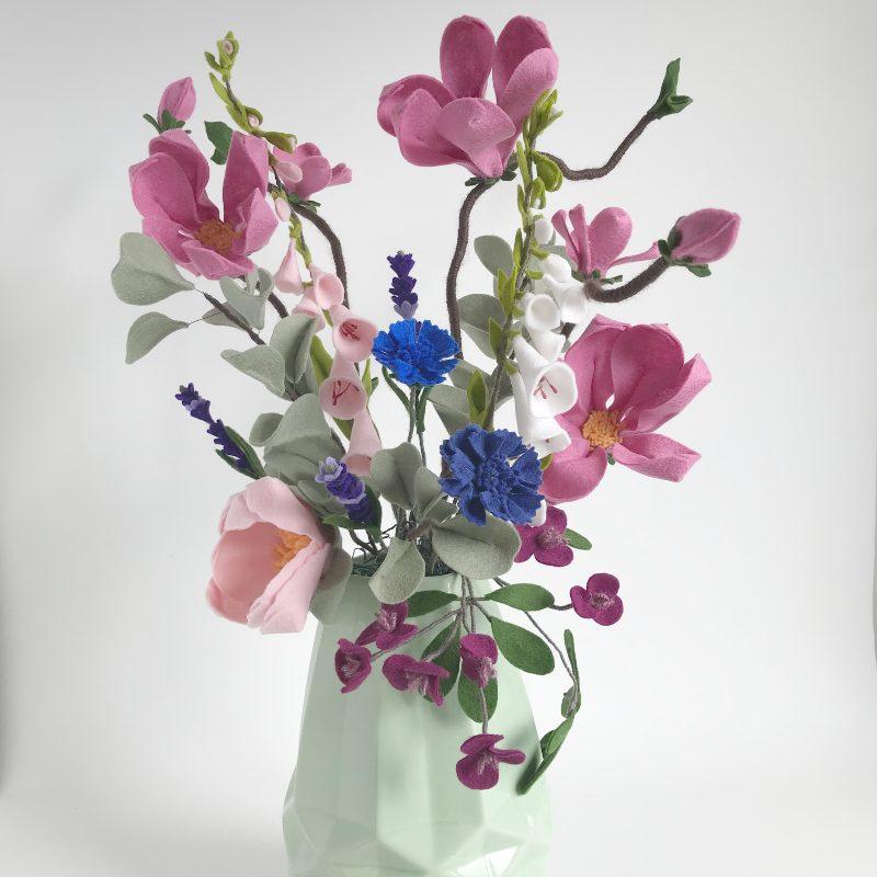 Magnolia, Korenbloemen, Pioen, Akebia, Eucalyptus en Vingerhoedskruid