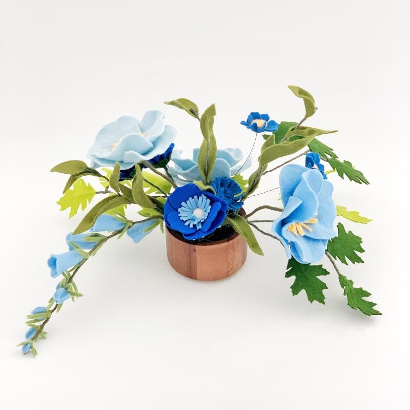 tafelboeket met blauwe bloemen
