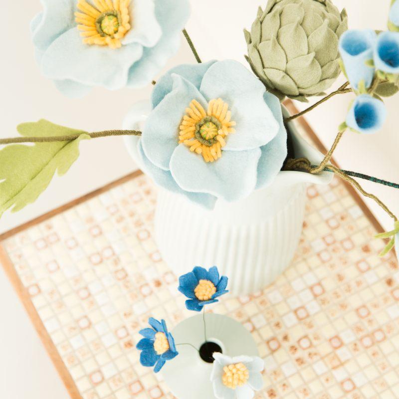 Blauwe bloemen in het interieur Papavers