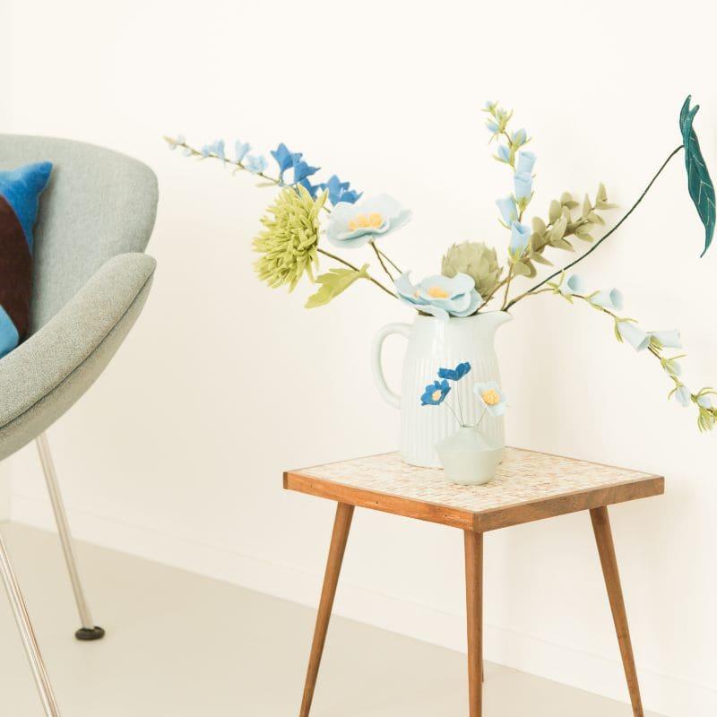 Blauwe bloemen in het interieur