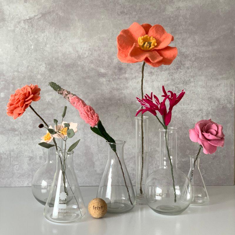 Roze Bloemen in losse vaasjes