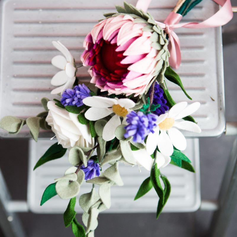 Viltbloemist bruidsboeket met Protea