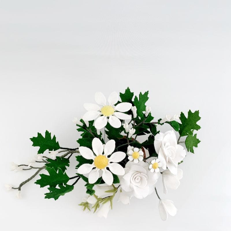 Tafelboeket met witte Viltbloemen