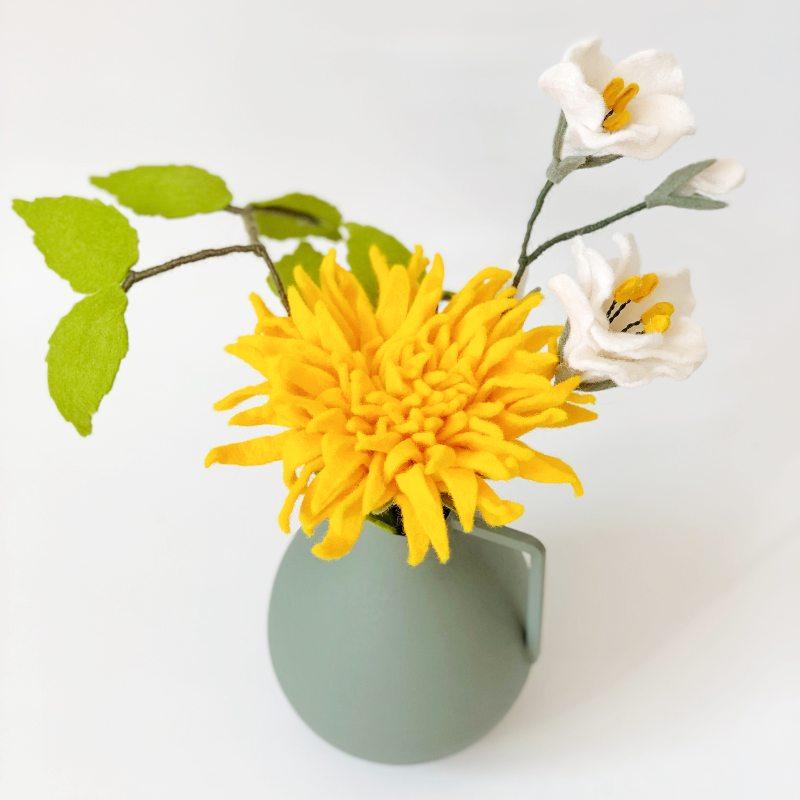 Boeketje Viltbloeiers met gele Chrysant, schattige Lisianthus in het wit en een grasgroen berkenbladtakje